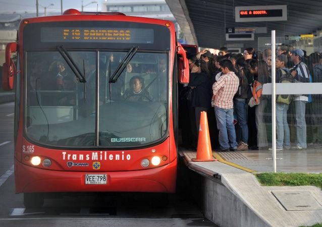 Pasajeros subiendo a un coche de Transmilenio en Bogotá, Colombia