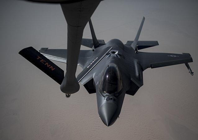 Un F-35A Lightning II se prepara para recibir combustible de un KC-135 Stratotanker, 12 de mayo de 2019