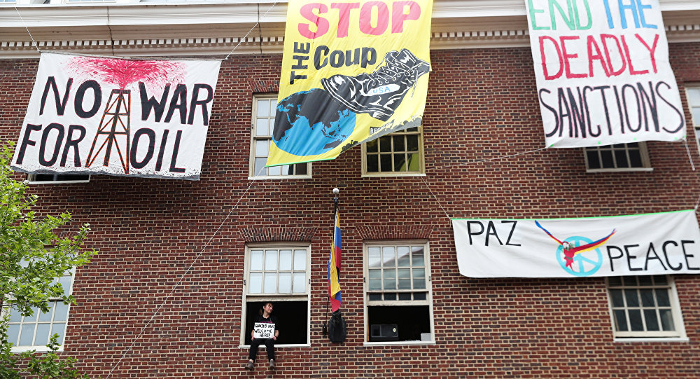 Carteles en la embajada de Venezuela en Washington