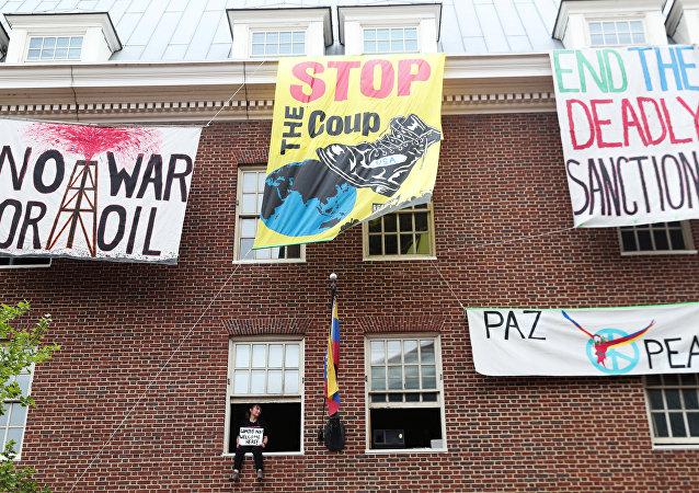 Carteles en la embajada de Venezuela en Washington