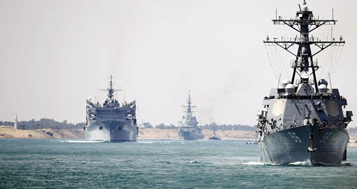 El grupo de combate del USS Abraham Lincoln atraviesa el canal de Suez (archivo)