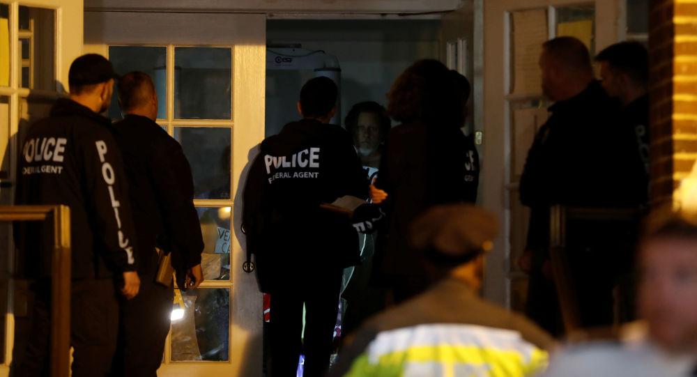 Agentes estadounidenses entrando a la embajada de Venezuela en Washington, EEUU