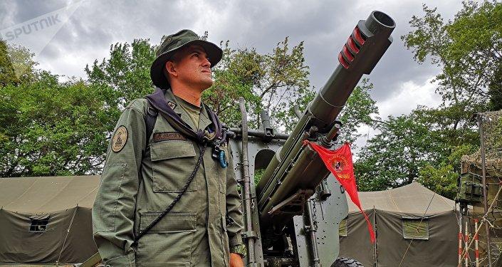 Primer Teniente, Osman García, Grupo de Artillería G/J José La Cruz Carrillo junto a un sistema de armas de 105 mm