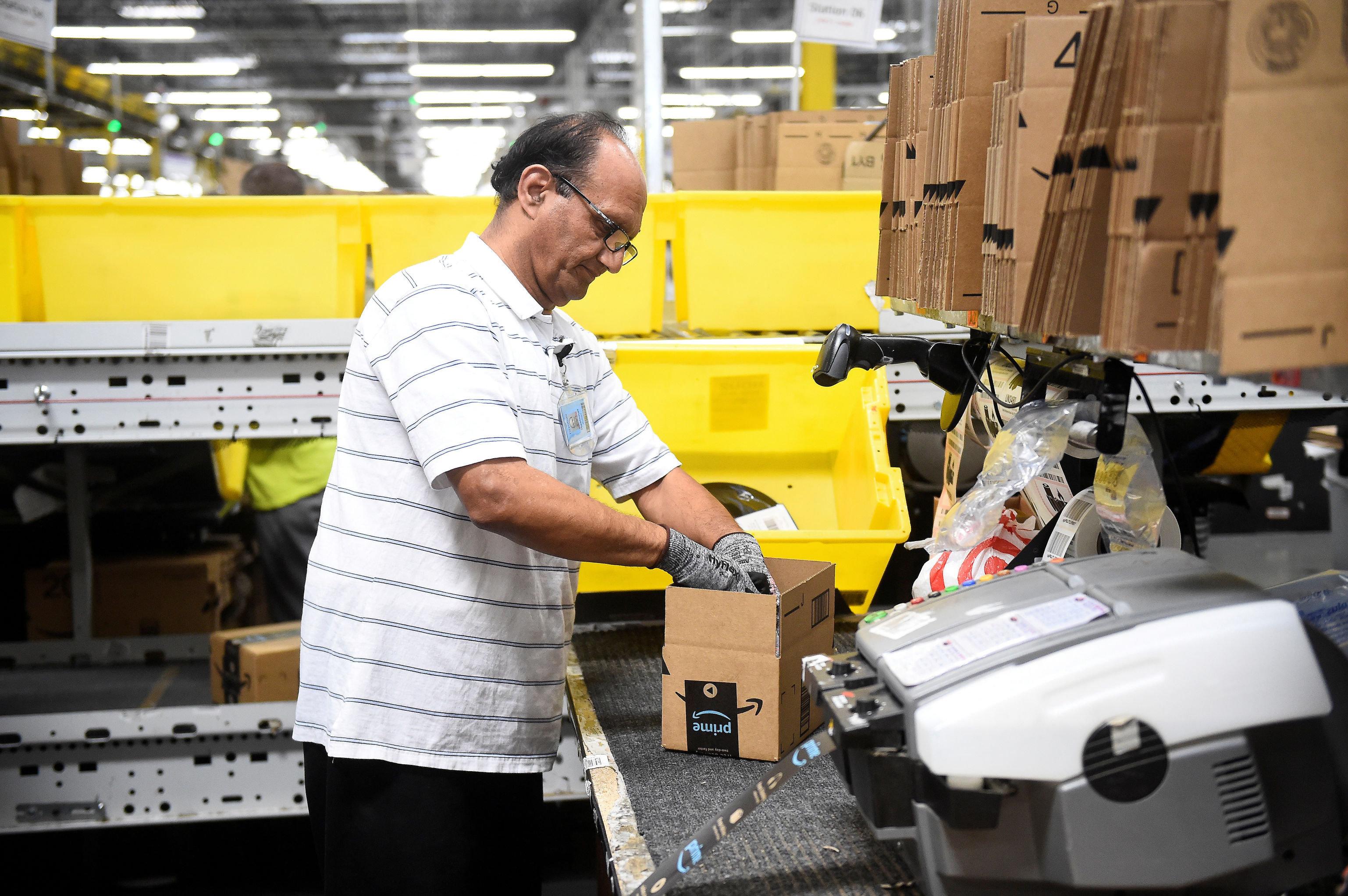 Empaquetador en un almacen de Amazon en Baltimore EEUU