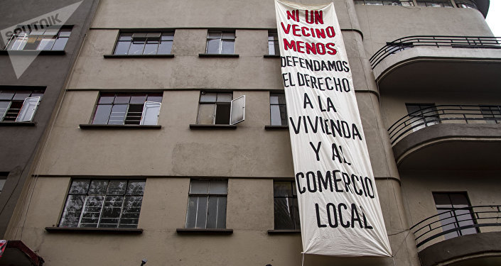 Edificio Trevi con una lona que dice ni un vecino menos. defendamos el derecho a la vivienda y el comercio local