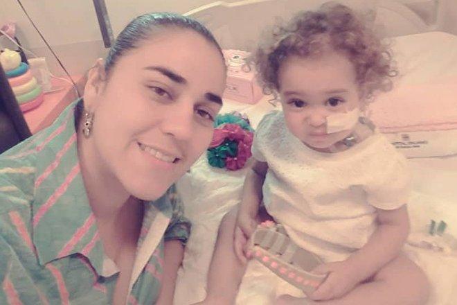 Yelibeth, la madre de Isabella, pudo donarle una parte de su hígado a la hija, pero la viabilidad del tratamiento realizado en Argentina corre peligro porque EEUU ha congelado las cuentas de CITGO, la empresa propiedad del Estado venezolano que financiaba los tratamientos de alta complejidad en el exterior