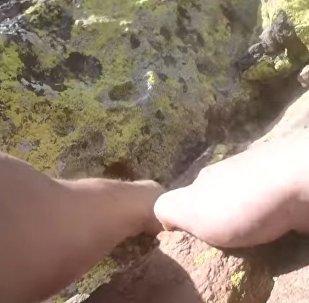 Un escalador sin protección sufre una escalofriante caída desde 20 metros