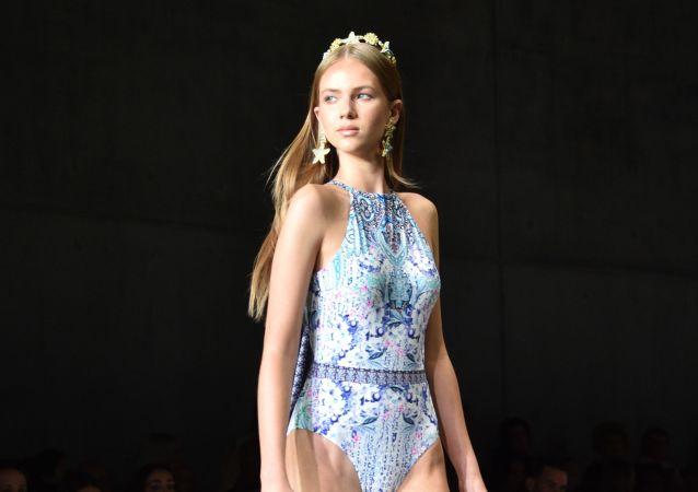 Desde trajes de baño hasta escotes: la Semana de la Moda de Australia, en imágenes