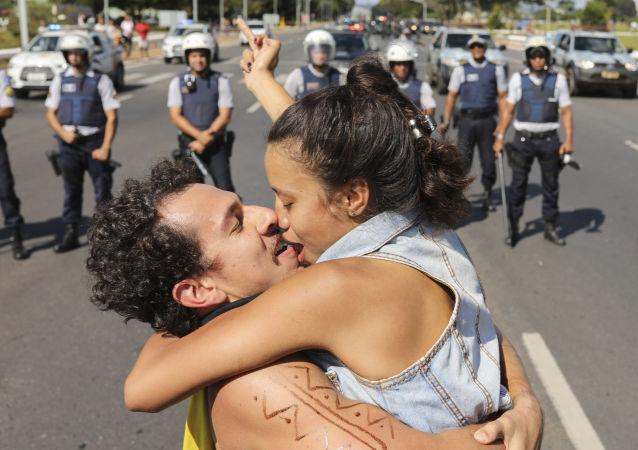 Una pareja se besa durante las protestas de estudiantes y profesores en Brasil.