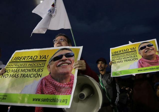 Personas con retratos del excomandante guerrillero 'Jesús Santrich'