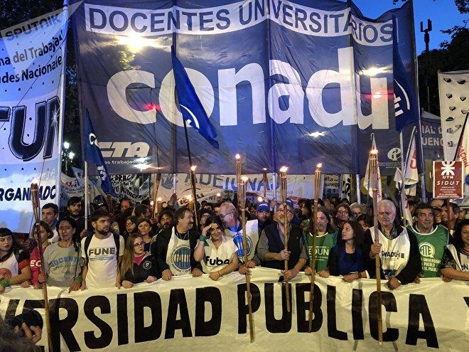 La comunidad académica de Argentina tomó las calles para manifestar su descontento con el recorte en inversión en ciencia, desarrollo e investigación