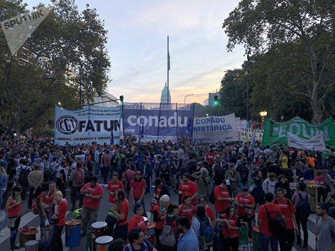 Docentes, investigadores y estudiantes de Argentina reclaman que la inversión en investigación, ciencia y tecnología no se detenga