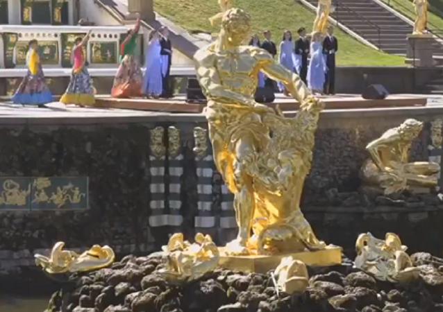 El deslumbrante espectáculo de las fuentes del Palacio de Peterhof