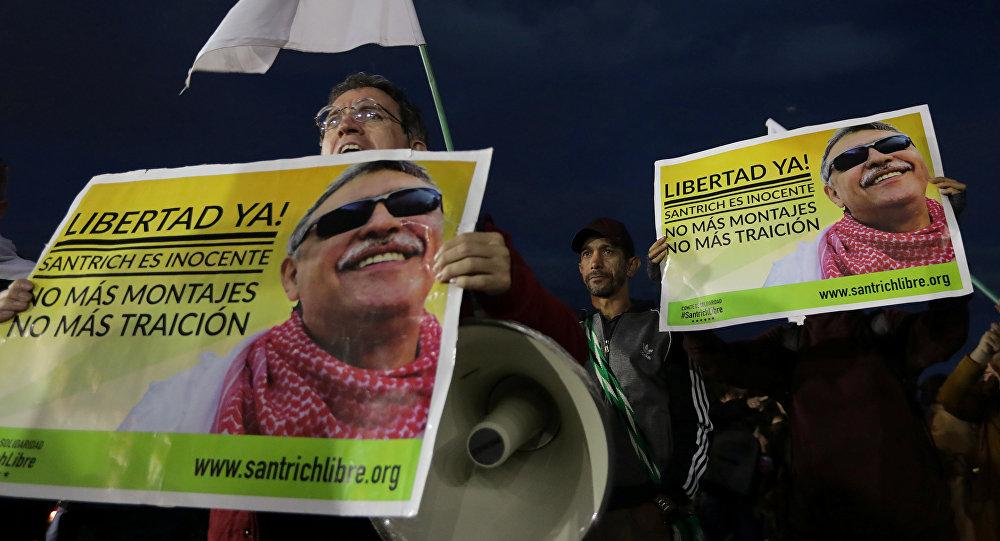 Los partidarios de FARC sostienen carteles durante una protesta exigiendo la liberación del exlíder de las FARC, Jesús Santrich