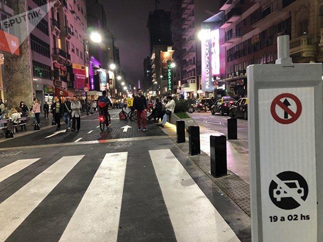 Librerias, teatros, pizzerias: hasta la alta madrugada pueden verse las puertas de estos recintos abiertas en la calle Corrientes de Buenos Aires