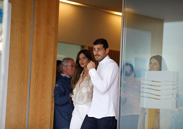 Iker Casillas sale del hospital en Porto junto a su esposa Sara Carbonero