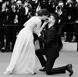 Мужчина делает предложение девушке на красной дорожке премьеры фильма Тайная жизнь в рамках 72-го Каннского международного кинофестиваля