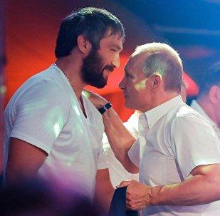 Alexandr Ovechkin, jugador profesional de hockey, y Vladímir Putin, presidente de Rusia, en Sochi, Rusia, 8 de agosto de 2017