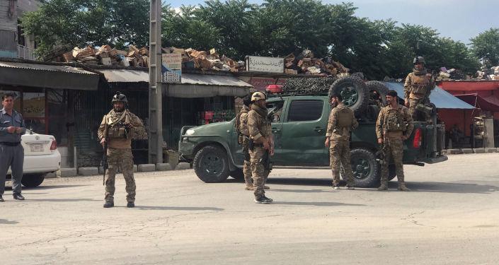 Agentes de seguridad afganos en el lugar de explosión