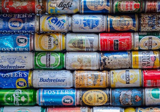 Latas de cerveza y refrescos
