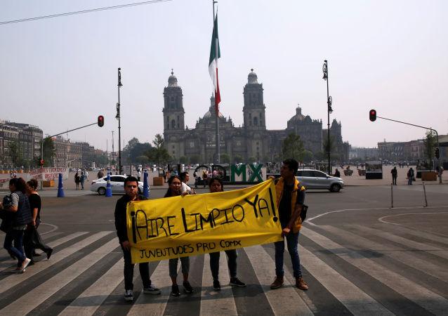 Jóvenes protestan por la mala calidad del aire en Ciudad de México