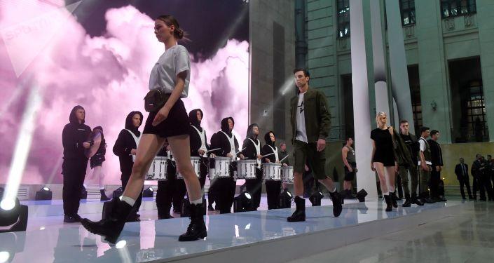 Desfile de la colección de prendas de estilo militar de las marcas Armia Rossii y Black Star