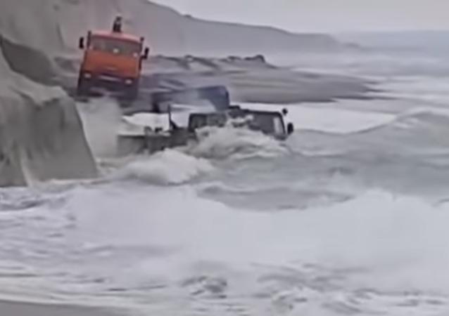 Cuando el mar se convierte en un lavadero gratuito de automóviles