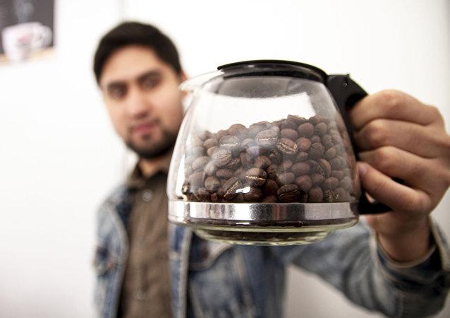 Ciudad de México: Vendedor muestra su café tostado