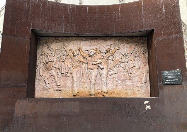 Un bajorrelieve recuerda el Cordobazo, un hito en la historia de los movimientos estudiantiles y obreros de Argentina