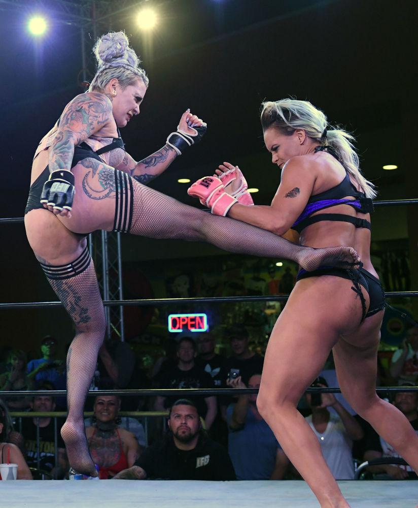 Así es un campeonato de lucha femenina en ropa interior