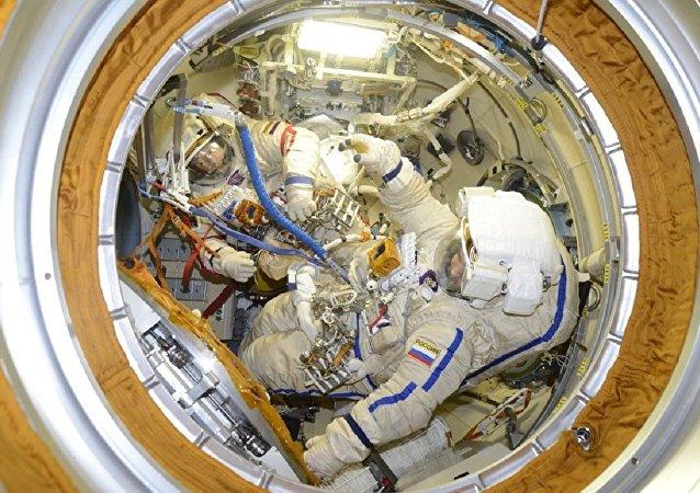 Los cosmonautas rusos Oleg Kononenko y Alexéi Ovchinin se preparan para un paseo espacial
