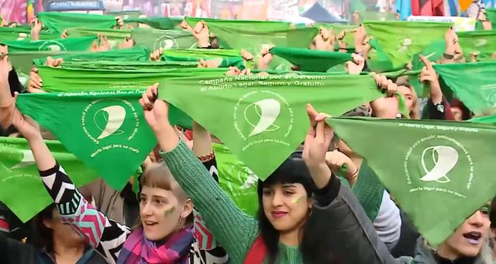 Ola verde: las activistas por la legalización del aborto marchan en Argentina