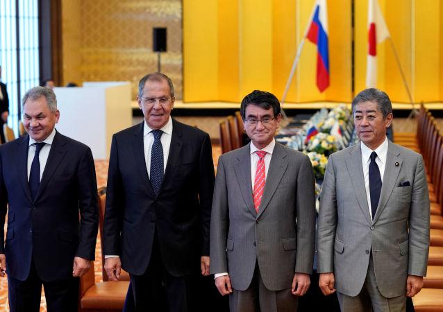 Los ministros rusos de Defensa y de Exteriores, Serguéi Shoigú y Serguéi Lavrov, con sus pares japoneses, Takeshi Iwaya y Taro Kono
