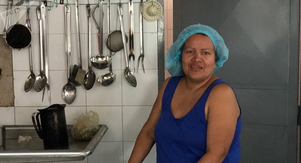 Lilibet cuenta que en el liceo Perú de Lacroix no hay agua en el día que habla con Sputnik, pero aún así carga enormes tanques para poder hacer su trabajo como Cocinera de la Patria