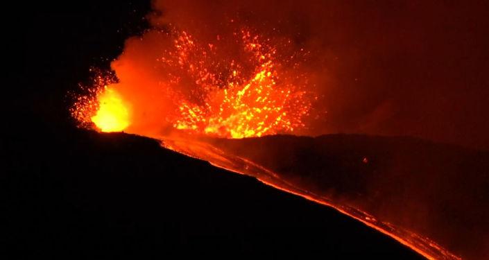 El volcán más activo de Europa entra en erupción