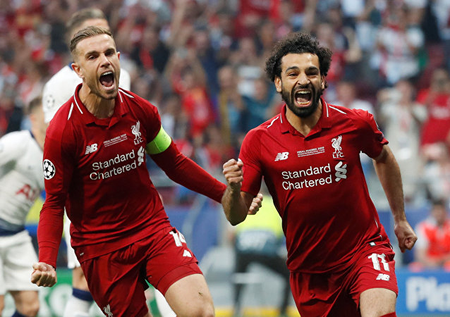 Mohamed Salah celebra el tanto que le dio la ventaja al Liverpool contra el Tottenham en la final de la 'Champions'
