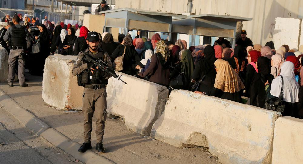 Un soldado israelí cerca de la mezquita Al Aqsa en Jerusalén