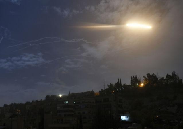 Un misil sobrevolando Damasco, Siria (archivo)