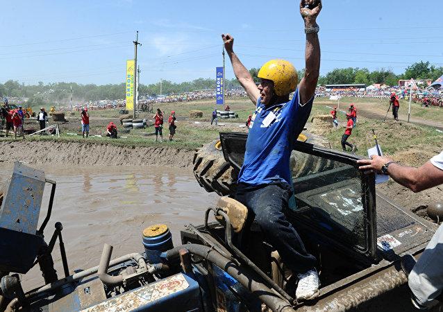 Bizon Track Show, la insólita carrera de tractores que se celebra en el sur de Rusia