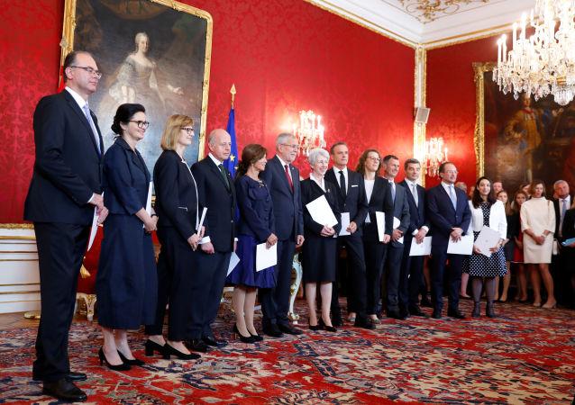 Los ministros del Gabinete de transición juramentaron ante el presidente Alexander Van der Bellen