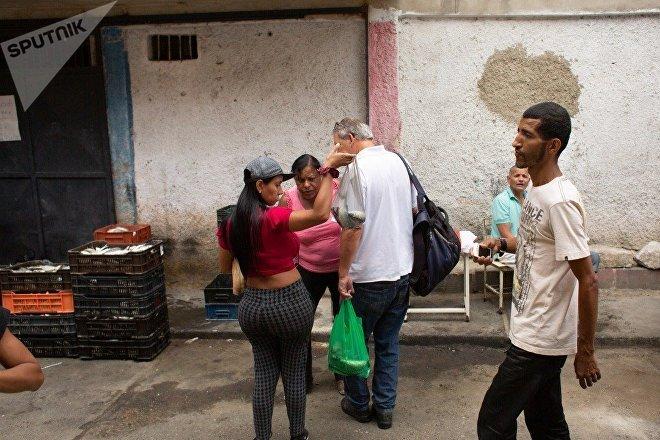 Además de permitir productos asequibles a los venezolanos afectados por la escasez de la guerra económica librada por EEUU, los mercados comunales también son instancias de socialización