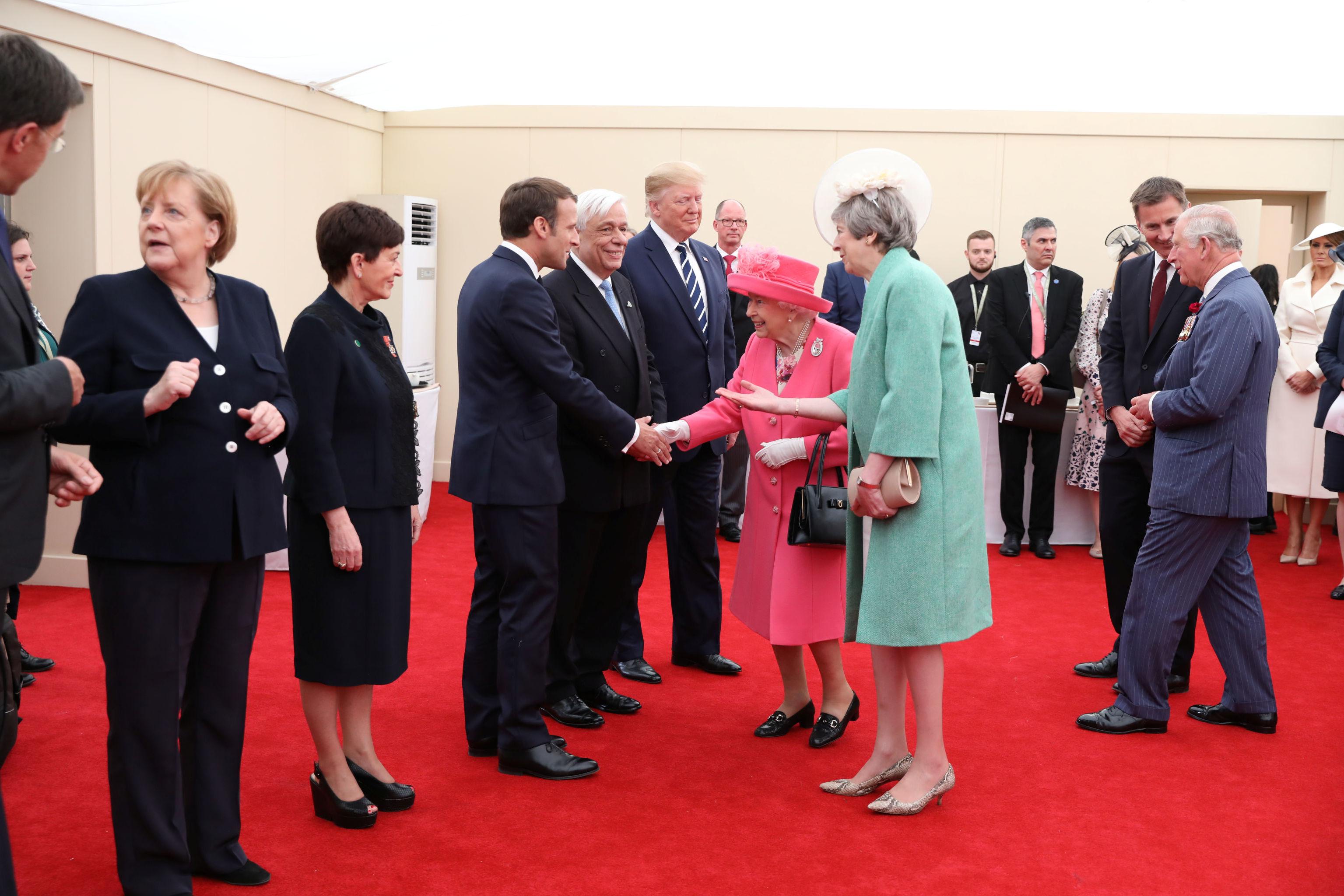 La reina Isabel y la primera ministra británica, Theresa May, saludan a los presidentes de Estados Unidos y Francia, Donald Trump y Emmanuel Macron