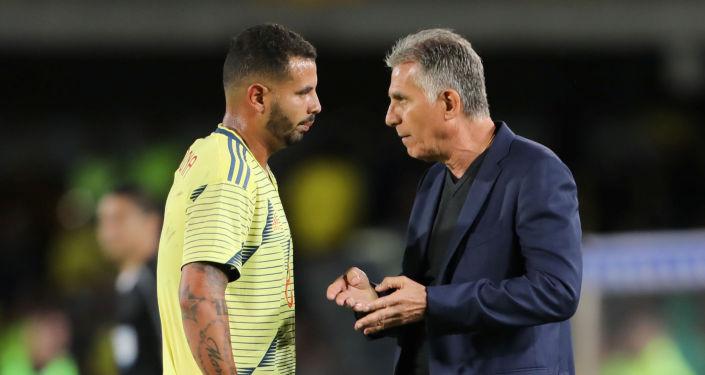 El entrenador portugués Carlos Queiroz dialoga con el futbolista Edwin Cardona durante un partido de la selección de Colombia
