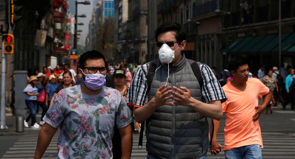 Personas con máscaras en Ciudad de México, debido a la contaminación ambiental