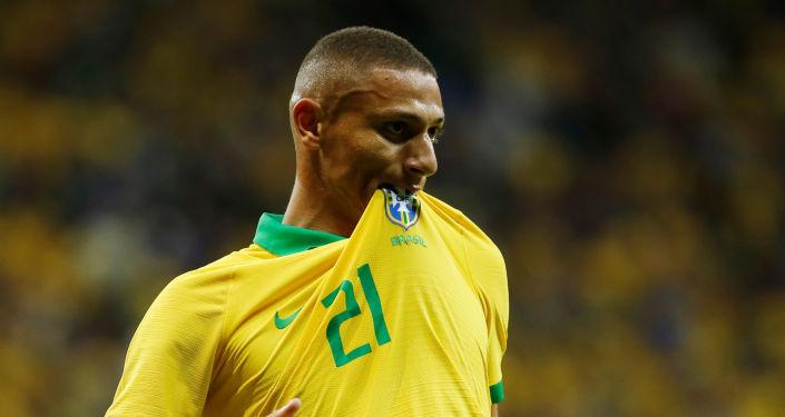 El futbolista brasileño Richarlison celebra un gol durante un partido amistoso contra Catar