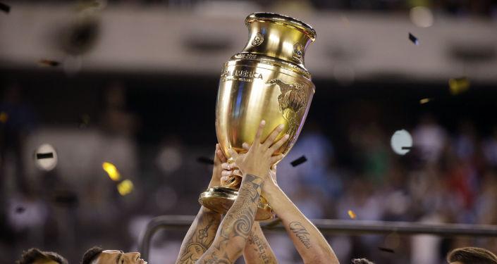 La selección chilena con el trofeo de la Copa América Centenario