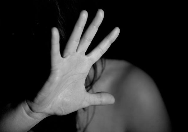 Una mujer intenta protegerse (imagen referencial)