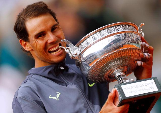 El español Rafael Nadal celebra con el trofeo después de su último partido contra el austriaco Dominic Thiem