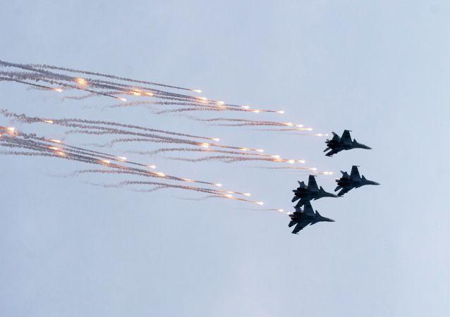 Acrobacias y tareas difíciles: los grupos aéreos de Rusia miden sus fuerzas en Crimea