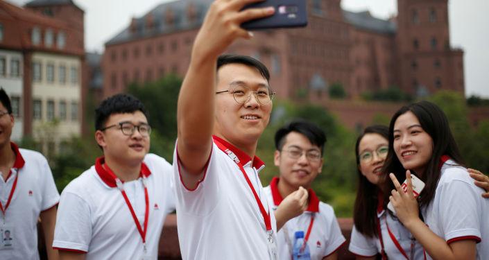 Unos chinos se hacen una 'selfi' con un teléfono Huawei